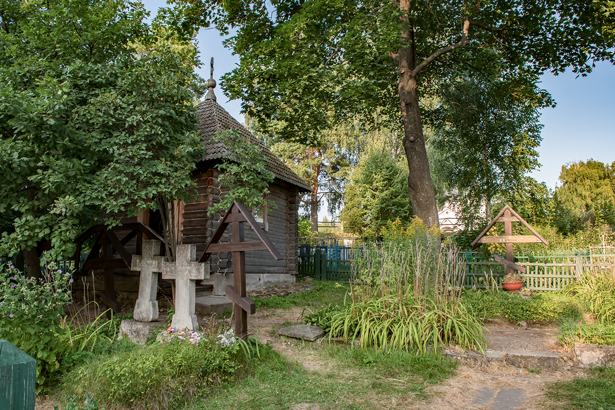 Огороженная территория на сельском кладбище вблизи храма в Бехово превратилась в семейный мемориал, насчитывающий уже немало надгробий.