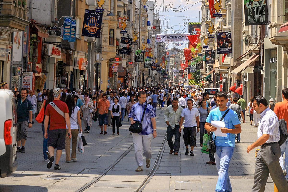 Бывший Главный проспект Константинополя и Стамбула, столиц могущественных империй прошлого, сейчас называется улица Истикляль.