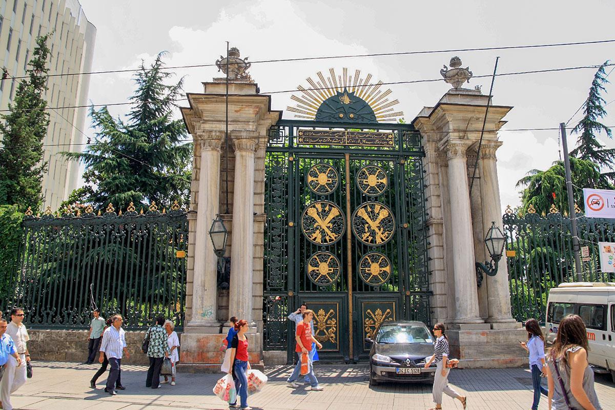 Галатасарайский колледж с конкурсом под тысячу человек на место, расположенный на улице Истикляль, считается элитным учебным заведением.