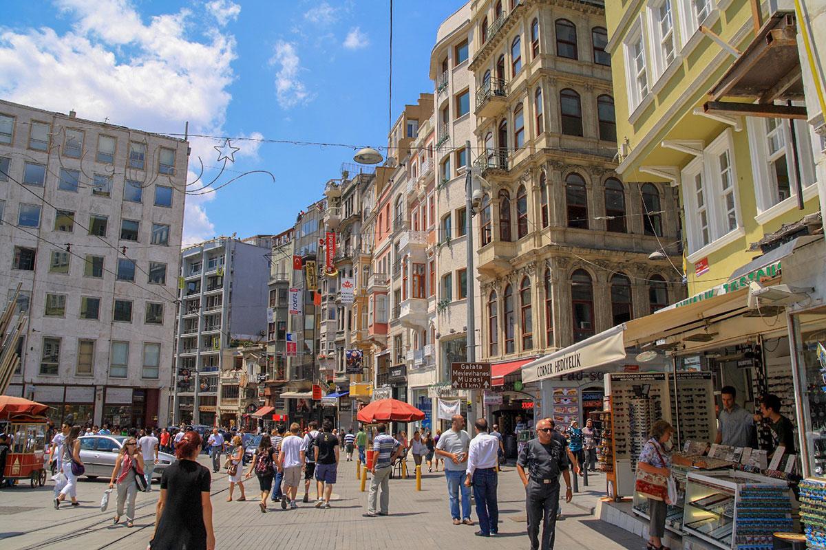 Улица Истикляль изобилует тележками продавцов кунжутных бубликов, любимого лакомства местного населения, оформленными под красный трамвай.