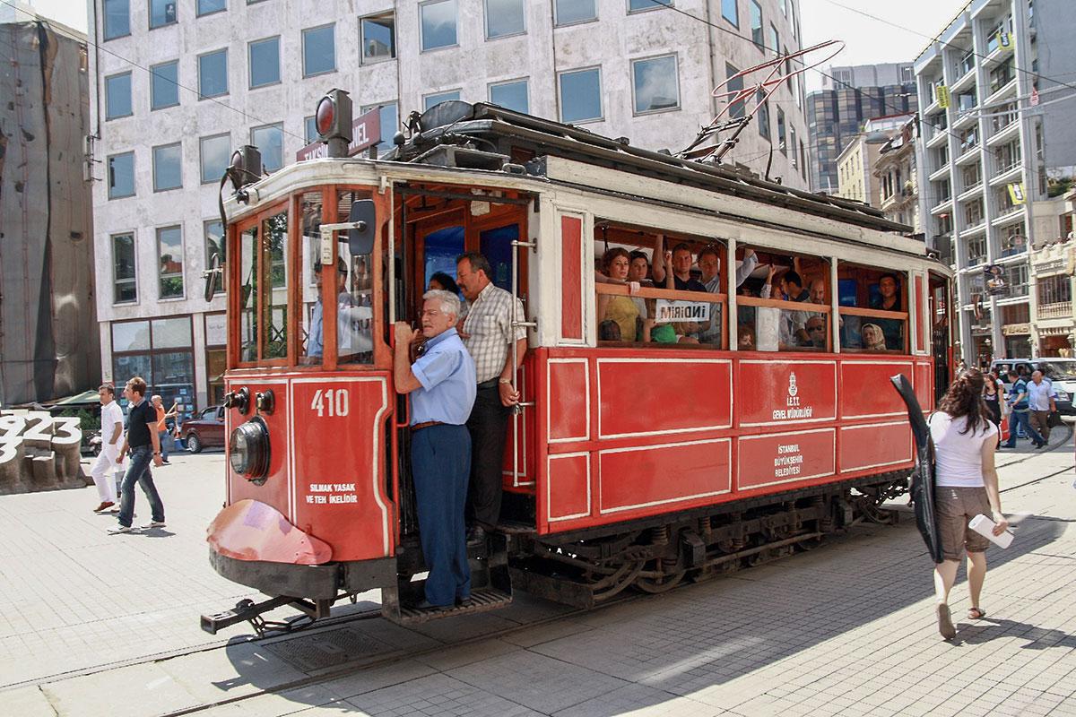 Курсирующий по улице Истикляль трамвай позапрошлого века ходит по одним и тем же рельсам в обе стороны, второй колеи здесь просто нет.