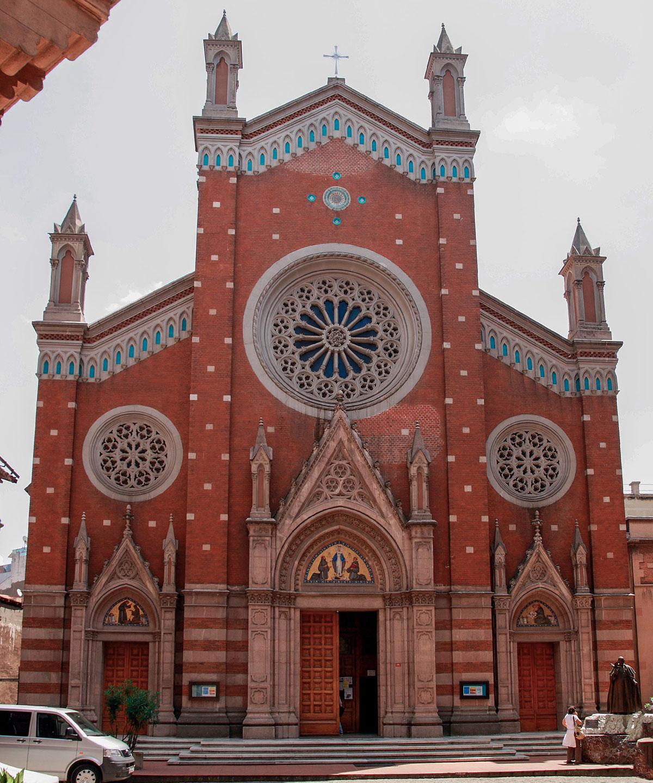 Среди храмов разных конфессий на улице Истикляль - католическая церковь святого Антония Падуанского, принадлежавшая францисканскому ордену.