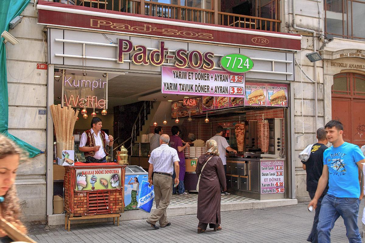 Многочисленные заведения питания на улице Истикляль, торгующие и быстрыми, и заказными блюдами, работают круглыми сутками.
