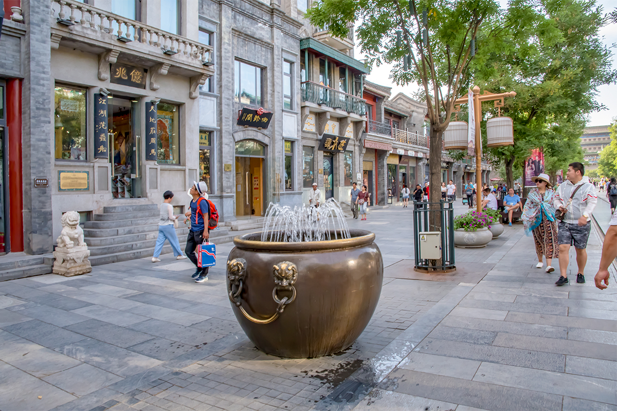 Скопированные с аналогов Запретного города, бронзовые водяные чаны используют как фонтаны или цветочные вазы, в дополнение к многочисленным каменным.