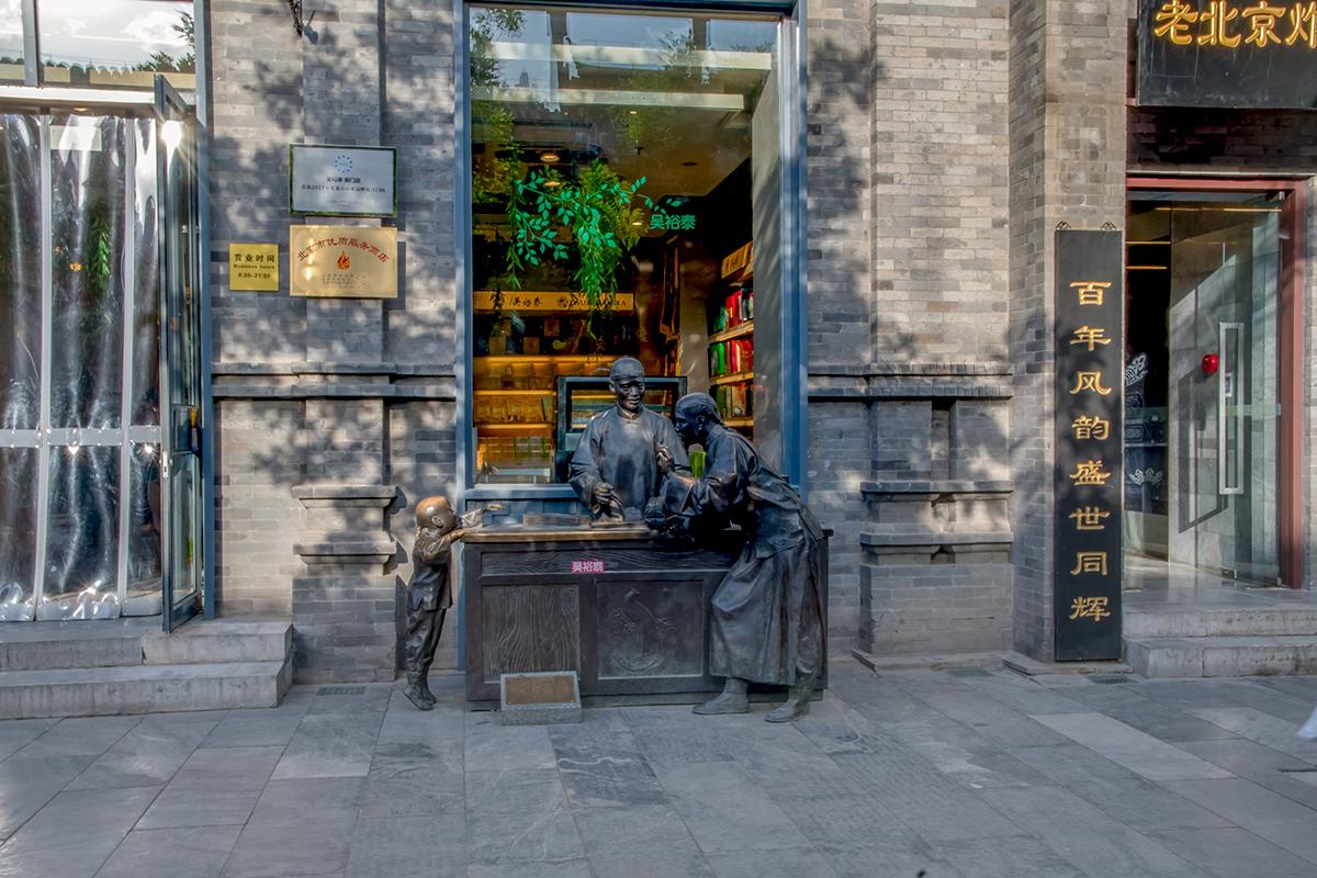 Зачастую установленные на улице Цяньмэнь скульптурные группы становятся органичной частью торговых витрин, совпадающих по профилю.