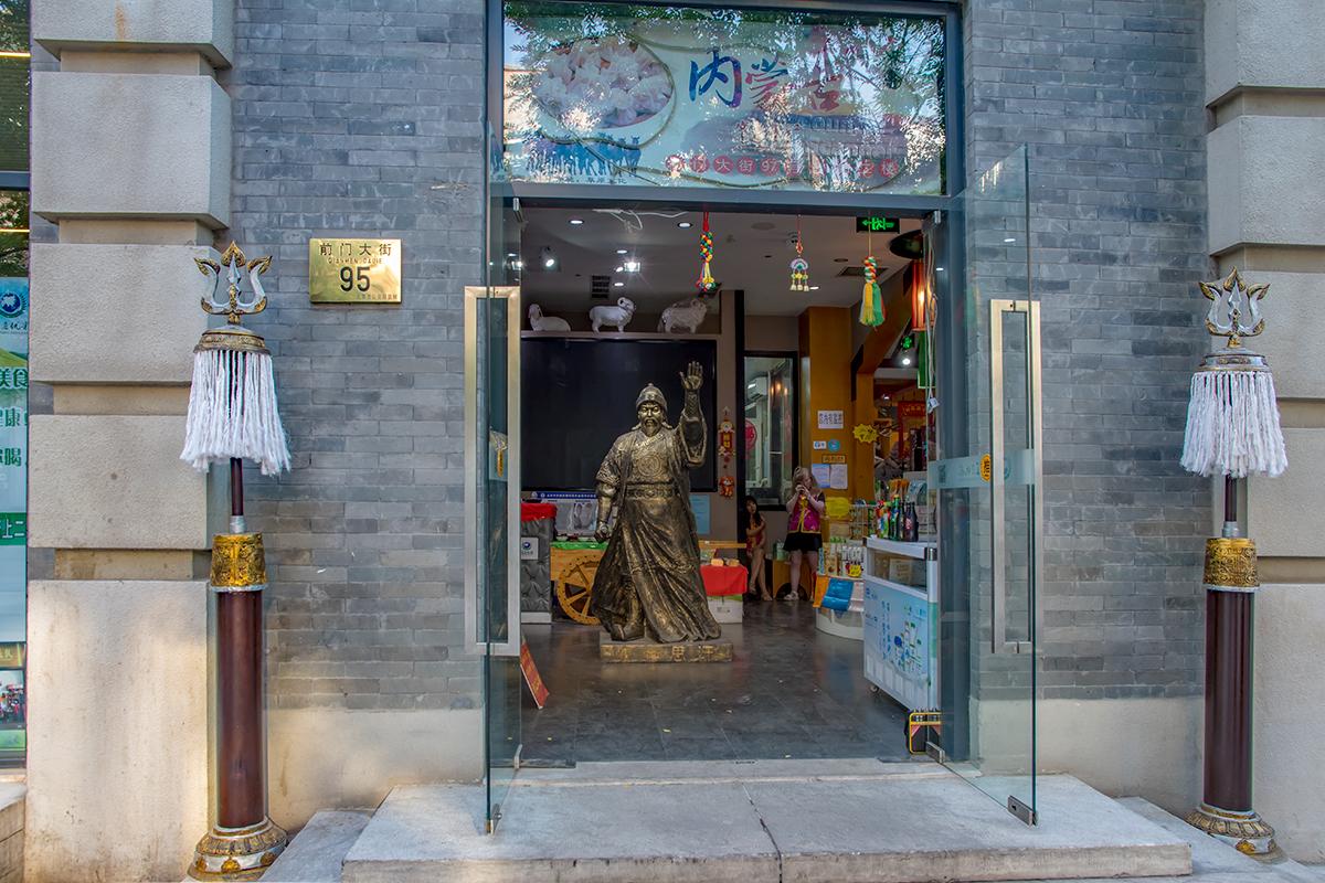 Некоторые скульптуры установлены не на тротуарах улицы Цяньмэнь, а непосредственно в торговых помещениях магазинов или ресторанов.