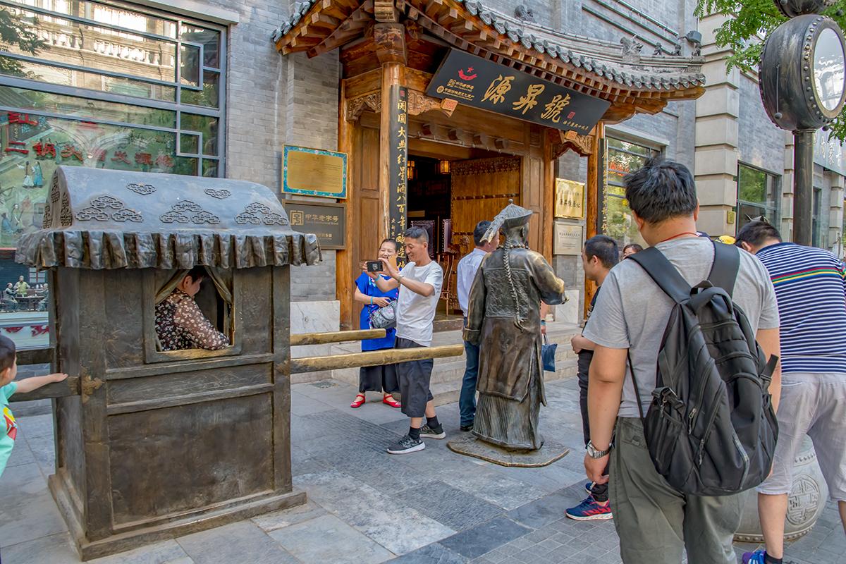 Популярность скульптурных групп на улице Цяньмэнь легко определяется по натертым до блеска отдельным элементам фигур и предметов.