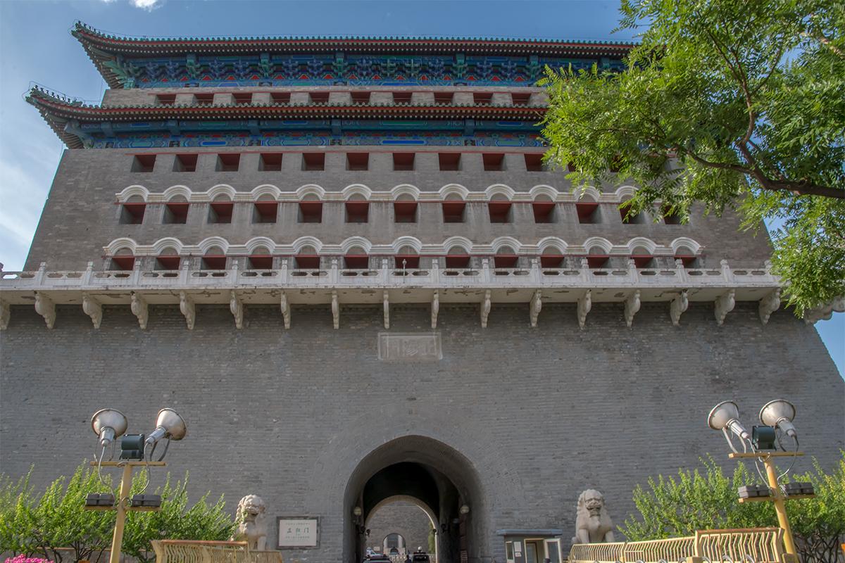 Протянувшаяся с севера на юг от Тяньаньмэнь пешеходная улица Цяньмэнь начинается после прохода в арку башни Лучников, оборонявшую в древности дворцовую площадь.