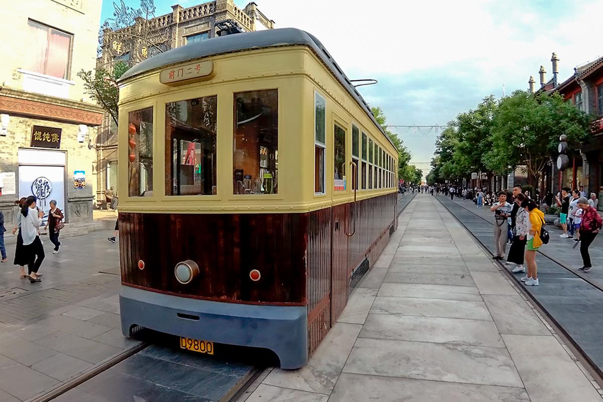 Единственным видом транспорта на пешеходной улице Цяньмэнь является курсирующий по ней исторический трамвай первой половины прошлого века.