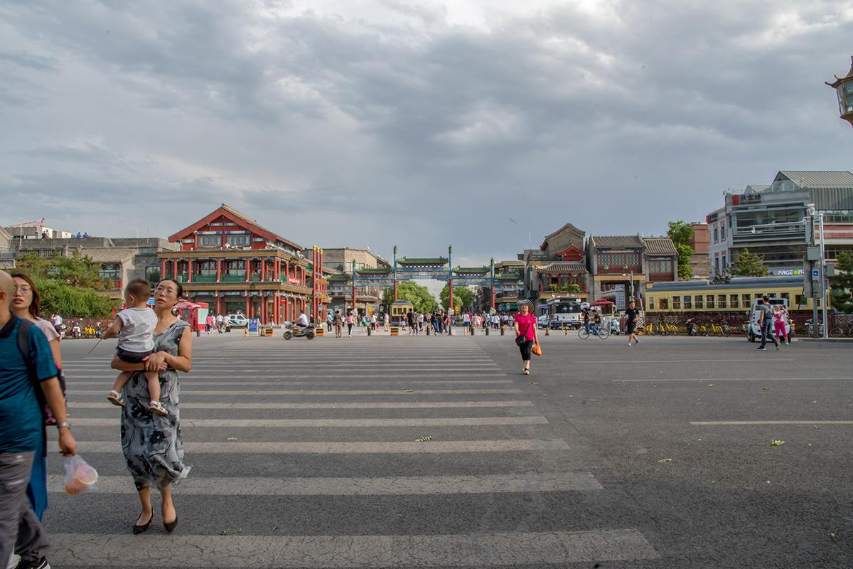 Первыми строениями, открывающими пешеходную улицу Цяньмэнь, являются два угловых дома с триумфальной аркой (пайлоу) между ними, имеющих сходное оформление.