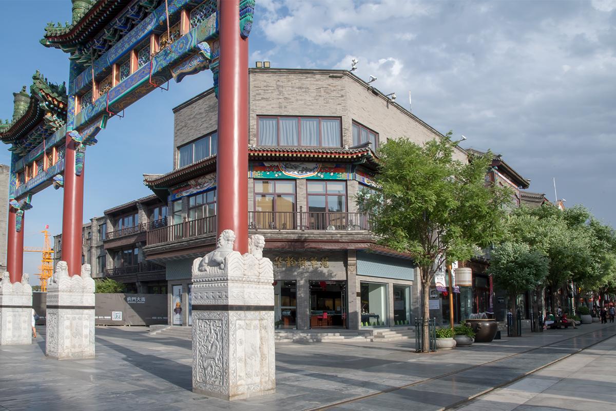 Национальная триумфальная арка пайлоу включает самые распространенные архитектурные элементы – мраморные барельефы, деревянные красные колонны и узорные крыши.