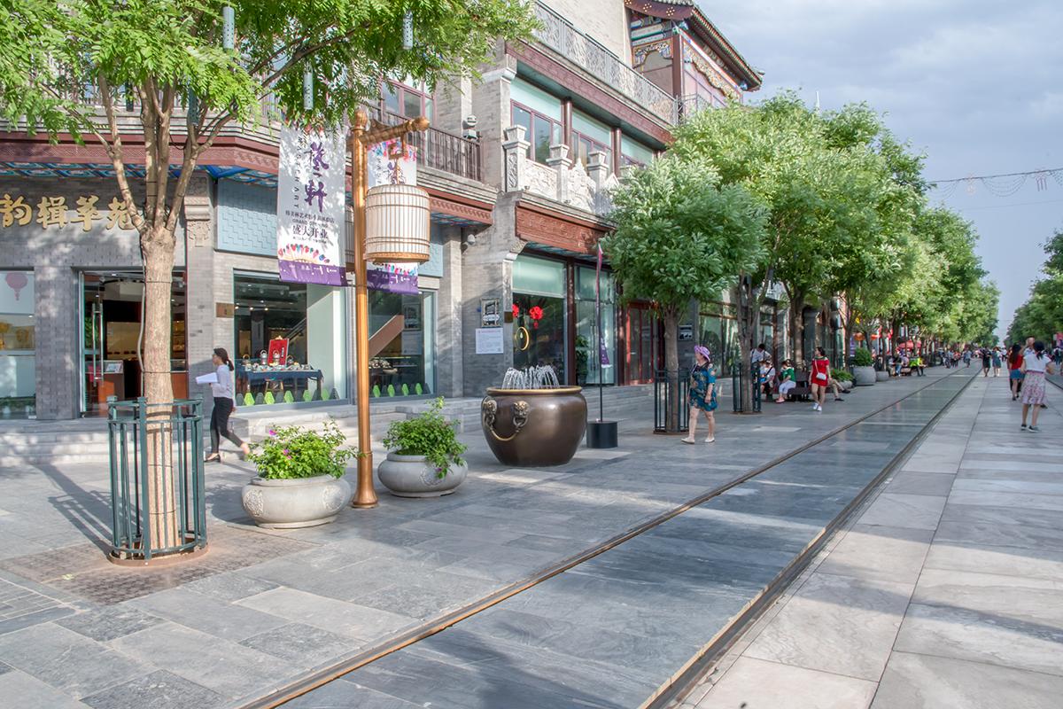 Пешеходная улица Цяньмэнь полностью застелена мраморными плитами, без разделительных бордюров между тротуаром и проезжей частью.