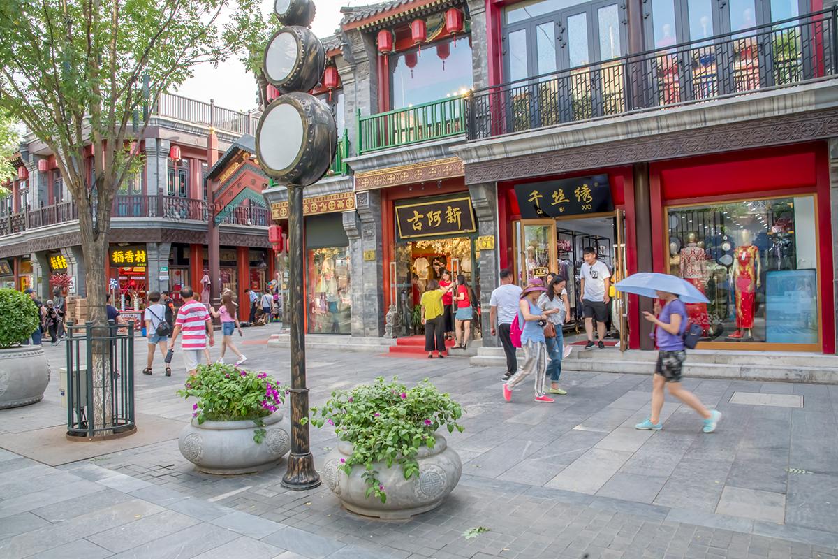 На улице Цяньмэнь ограничено использование рекламной атрибутики, светильники выполнены в форме национальных барабанов и похожи на светофоры.