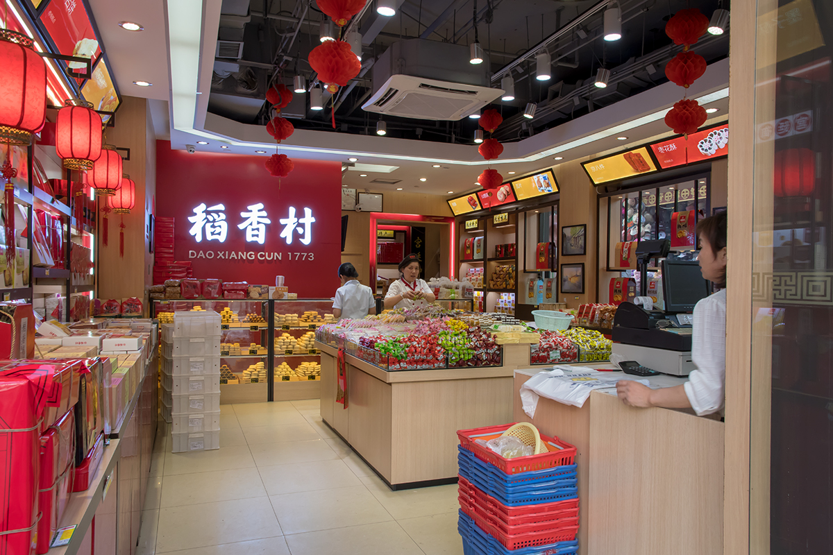 Торговые точки на улице Цяньмэнь содержатся в образцово-показательном состоянии, идеальной чистоте и порядке, но не изобилуют покупателями.
