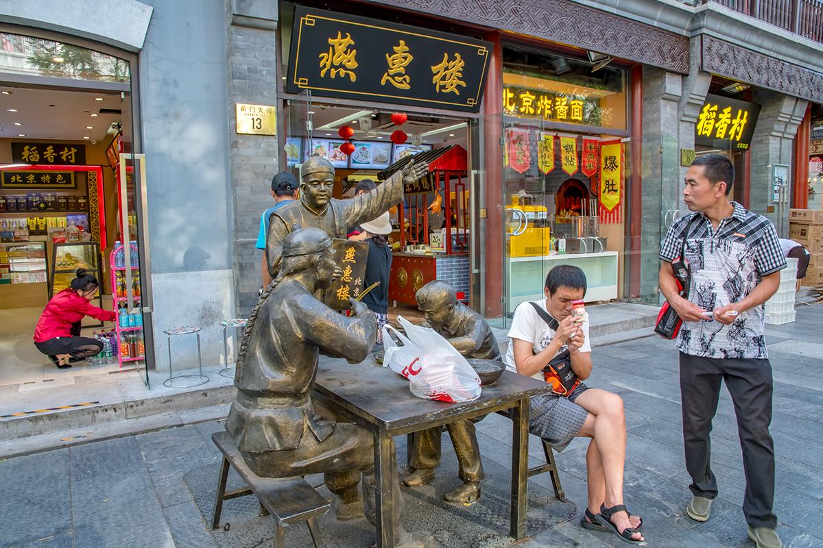 Частенько скульптурные группы на пешеходной улице Цяньмэнь становятся вовлеченными в повседневную городскую жизнь совершенно непроизвольно.