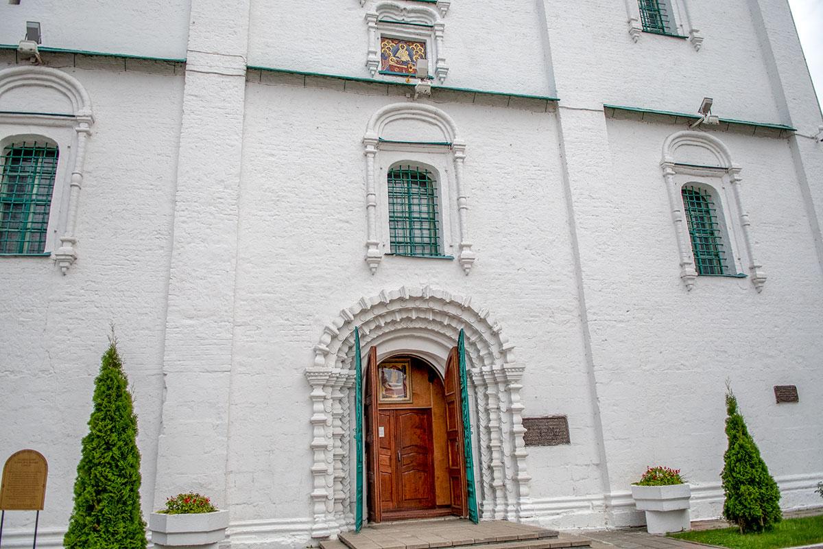 Очень красочно выполнена входная арка рупорной конструкции перед дверным проемом Успенского собора Коломны, над ней – мозаичная икона.