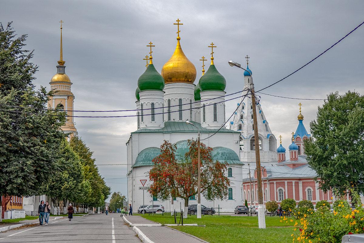 Успенский собор Коломны соседствует еще с несколькими храмами, образуя целый архитектурный ансамбль разнообразных строений.
