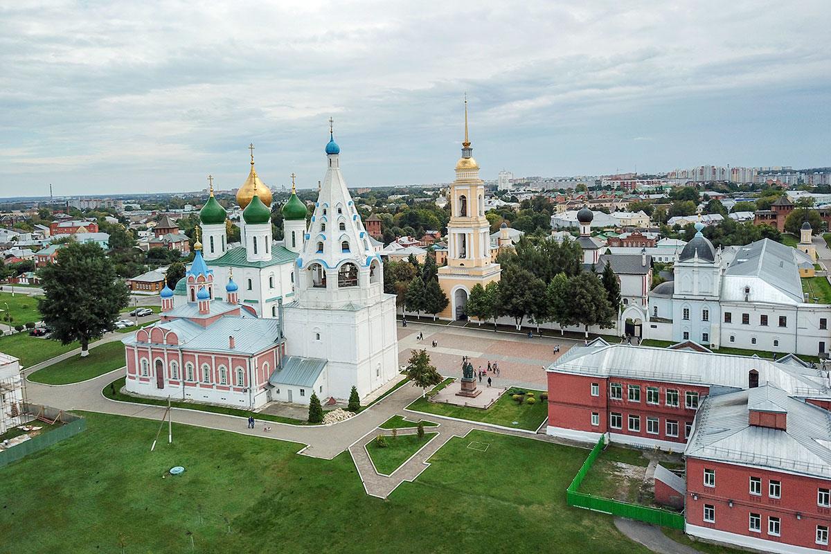 Исторический центр города, сформировавшийся вокруг Успенского собора Коломны, недавно украсили памятником просветителям Кириллу и Мефодию.