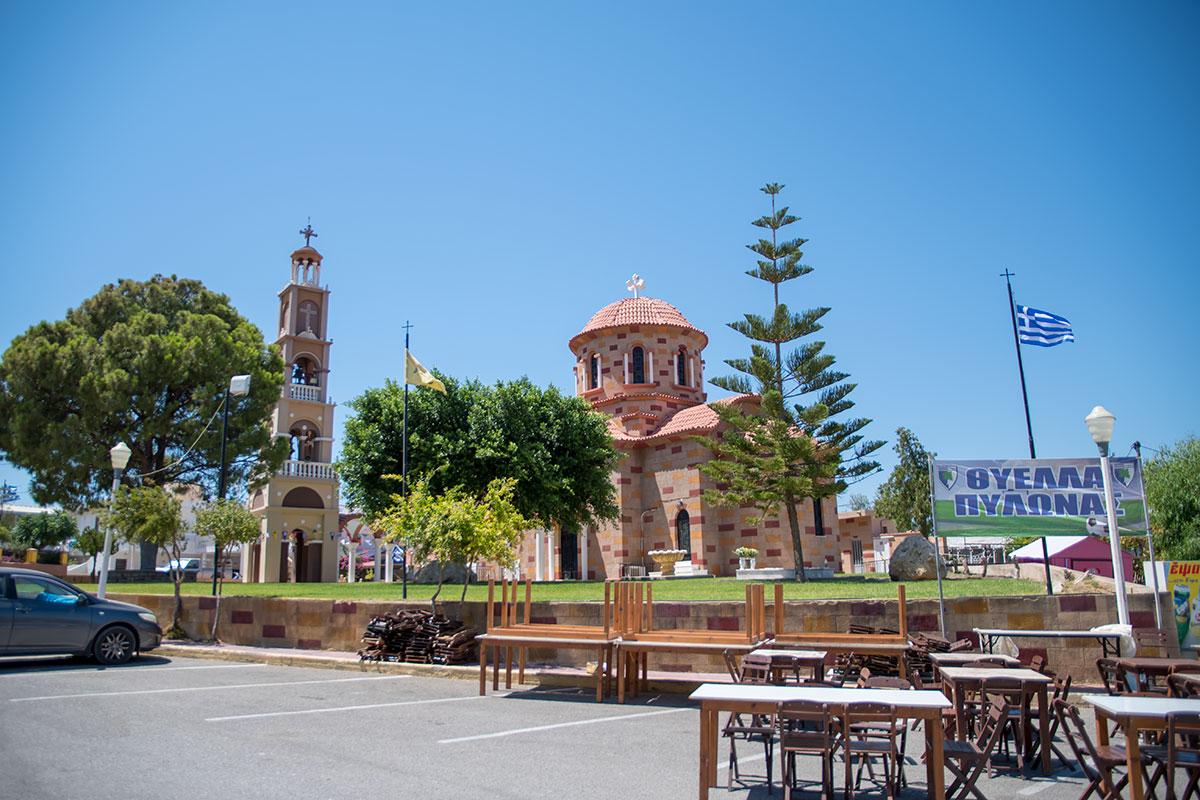 Церковь Святого Герасимоса в поселке Пилонас расположена на возвышенной территории, украшенной средиземноморскими деревьями.