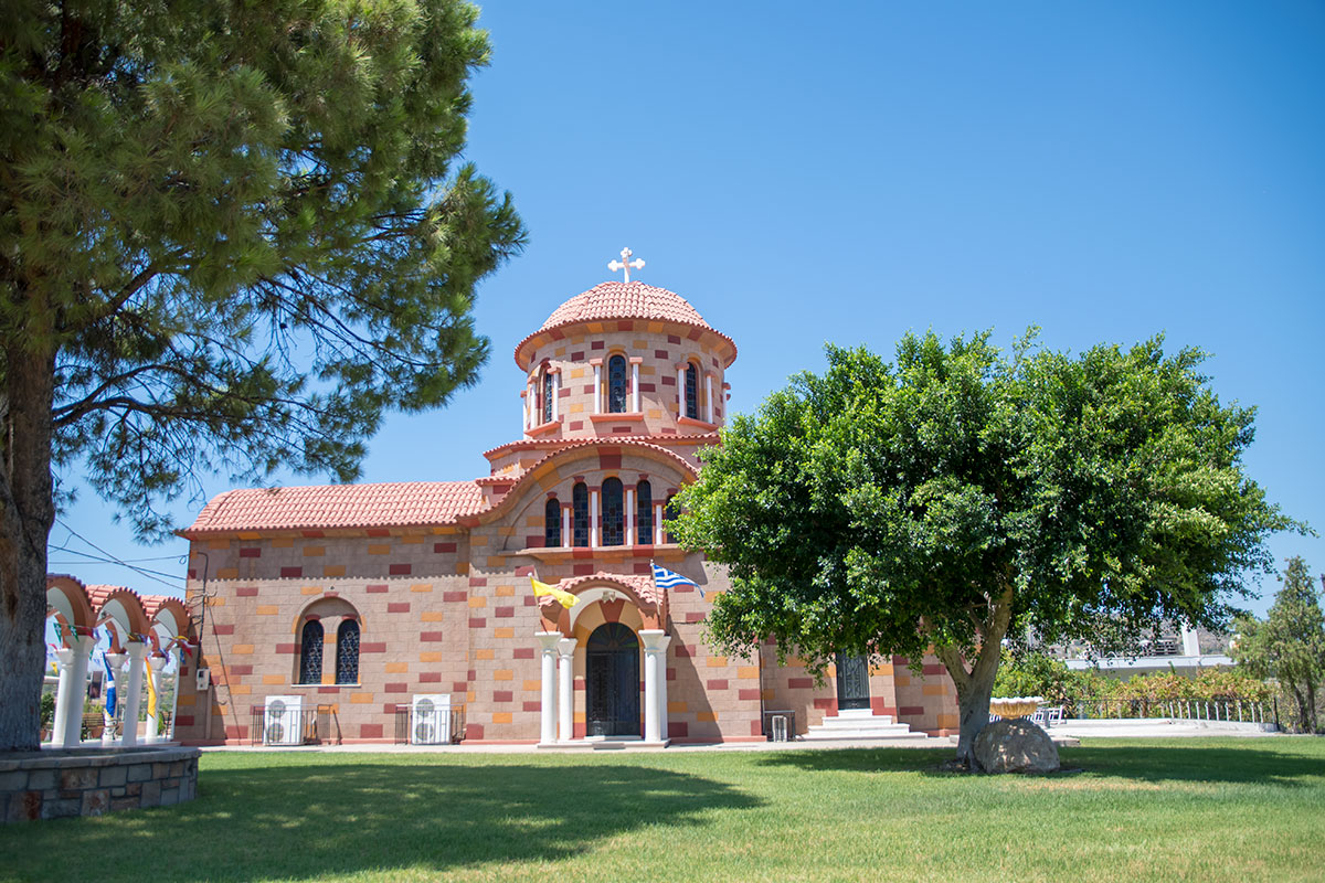 По своему конструктивному исполнению церковь Святого Герасимоса – типичный православный храм, необычна только пестрая раскраска и трехмерные кресты.
