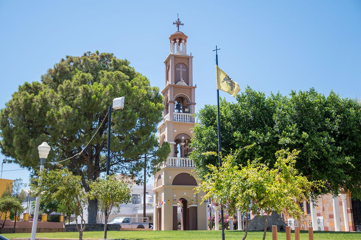 Отдельно стоящая колокольня церкви Святого Герасимоса состоит из четырех ярусов квадратного сечения и венчается живописной ротондой.