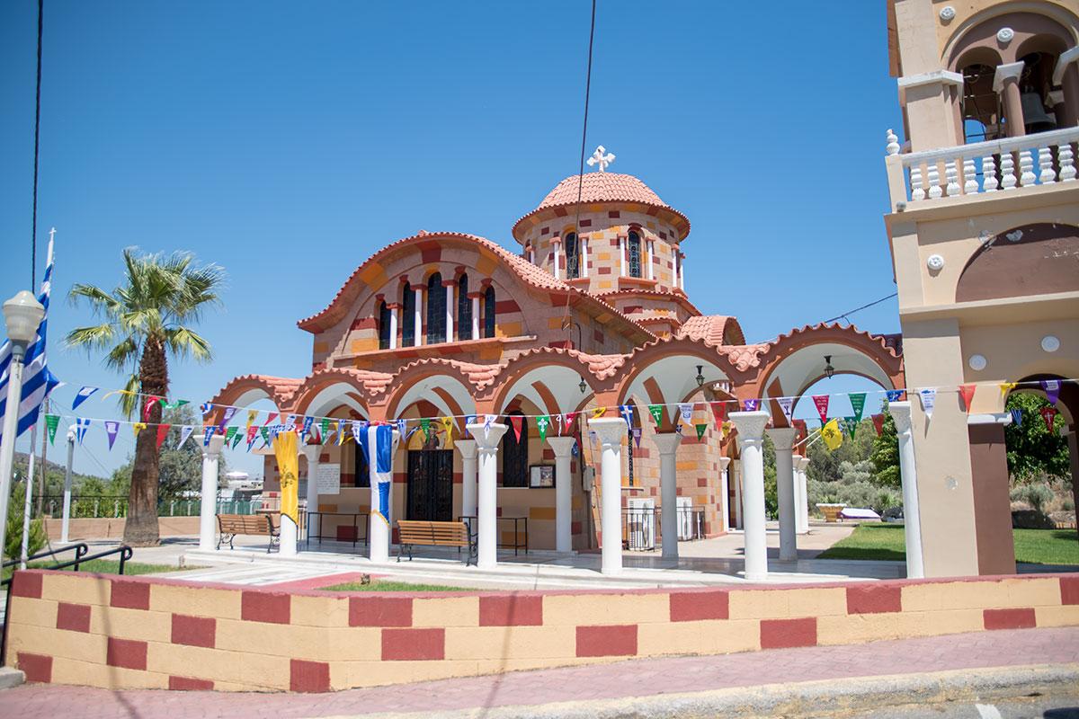 Основное здание церкви Святого Герасимоса соединено с колокольней аркадой из колонн с волнистым навесом, покрытым узорной черепицей.