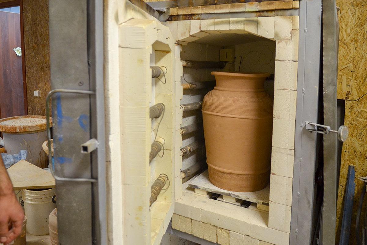 Нагревательная печь для обжига глиняных изделий гончарного мастер класса долго не теряет набранную температуру, требует осторожного обращения.