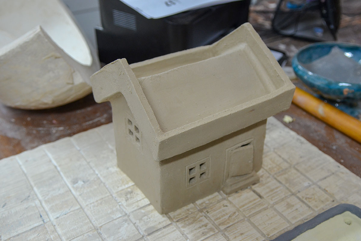 Гончарный мастер класс использует для обучения не только вращение станка, прямоугольные предметы на нем не изготовить.