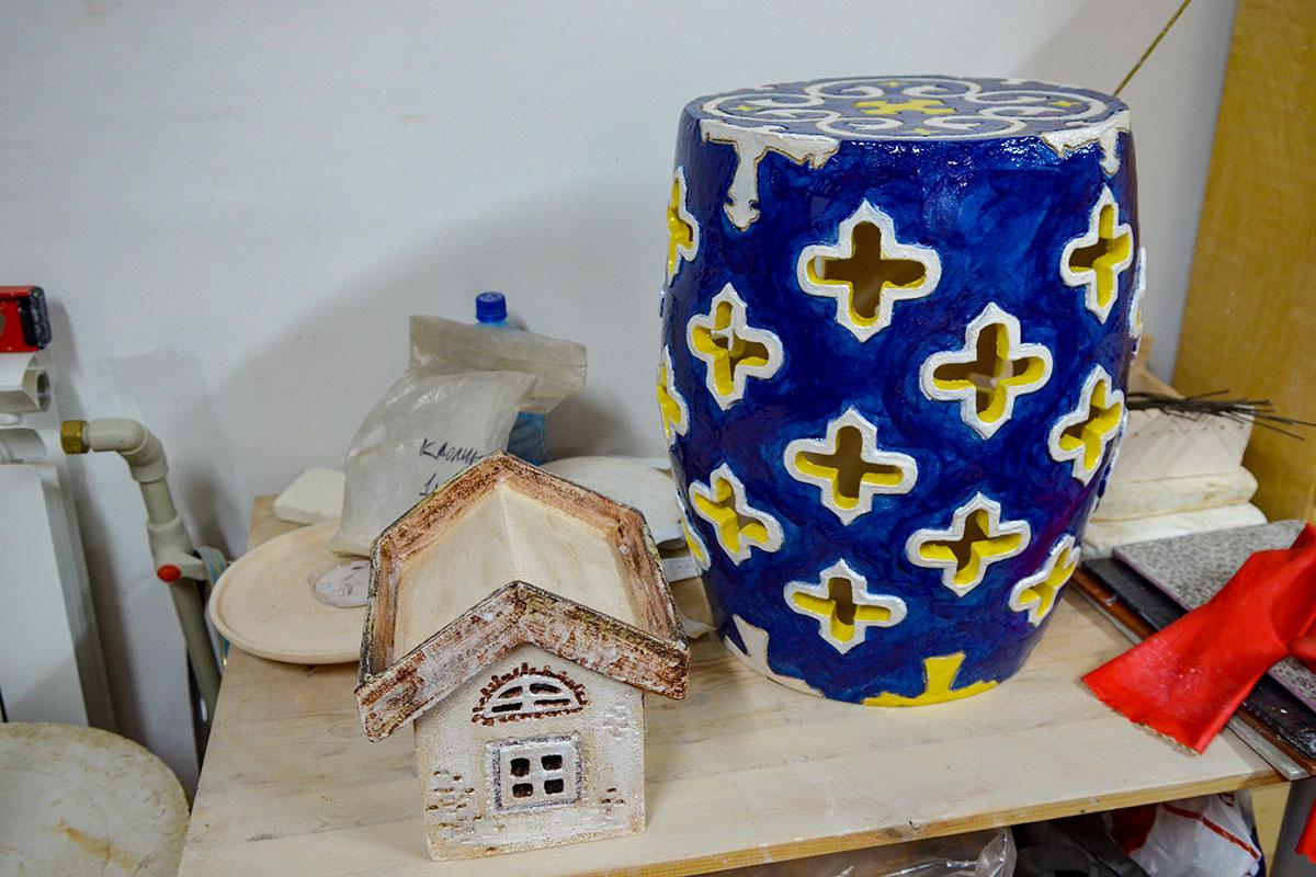 Раскрашивать изделия, выполненные в ходе гончарного мастер класса, можно разнообразными методами, разными красками, по глазури или под ней.