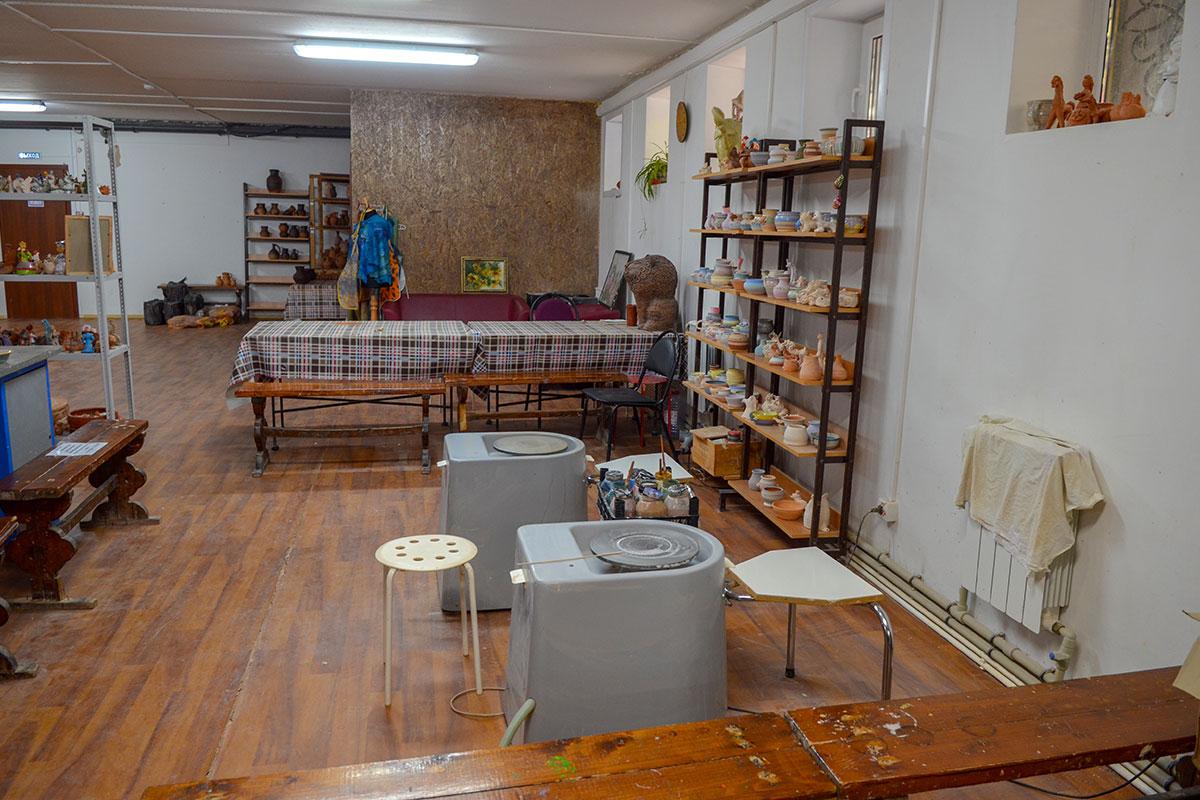 Полуподвальное помещение для проведения гончарного мастер класса вполне подходит, здесь размещаются и рабочие механизмы, и стеллажи для сушки.