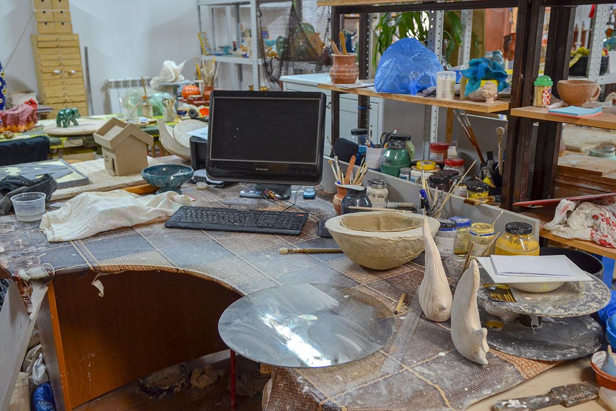 Рабочий стол ведущего гончарного мастер класса содержится в таком состоянии, к которому привык его хозяин, незыблем только компьютер.