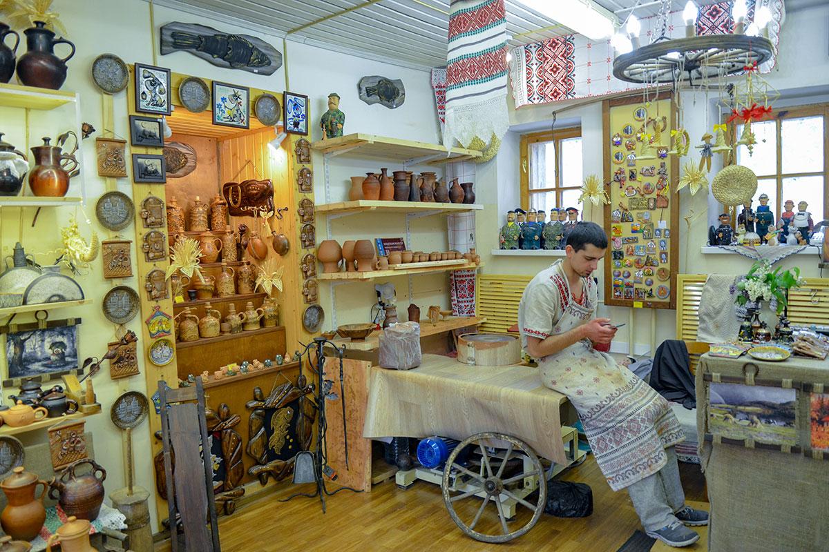 Парадная экспозиция рядом с мастерской, где проводился гончарный мастер класс, - настоящий музей керамики непревзойденного качества.