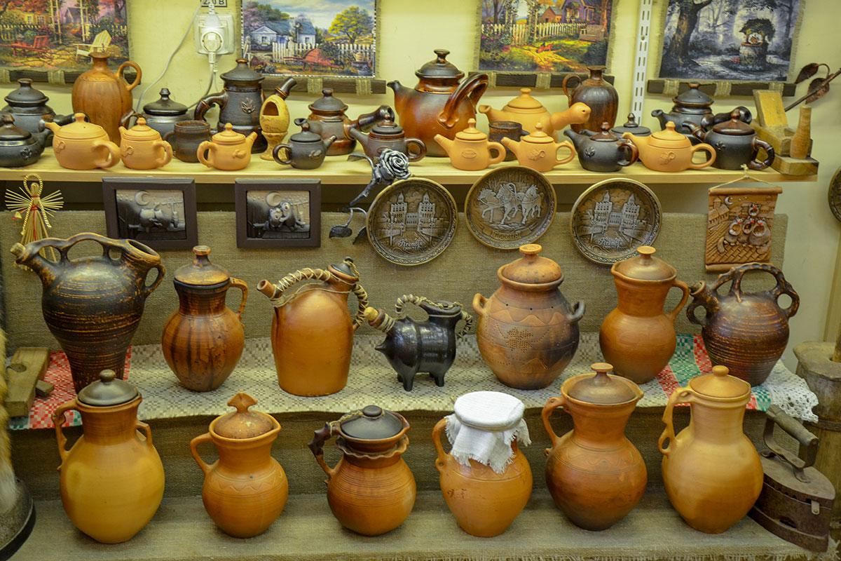 Посетившие гончарный мастер класс не меньше удовольствия и впечатлений получают от выставки настоящих шедевров в соседнем помещении.
