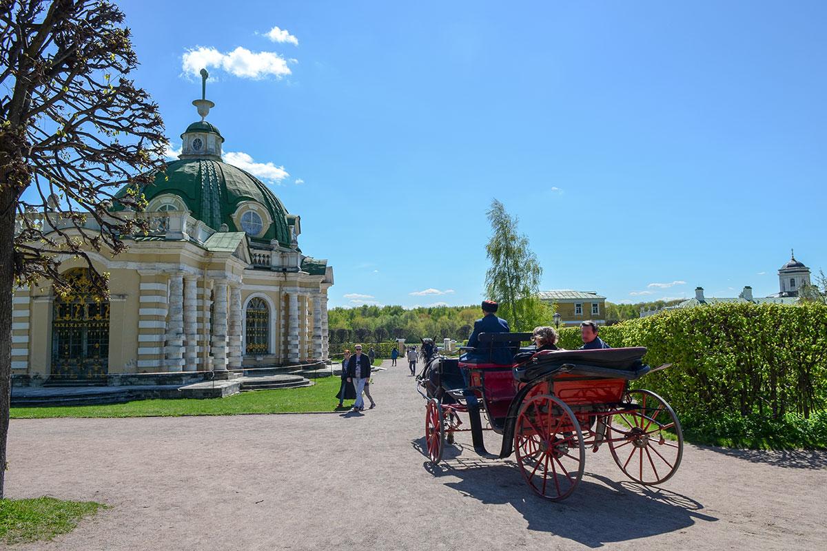 Посетить усадьбу Шереметевых и не навестить Грот в Кусково совершенно недопустимо, это единственный в России сохранившийся первозданным образец.