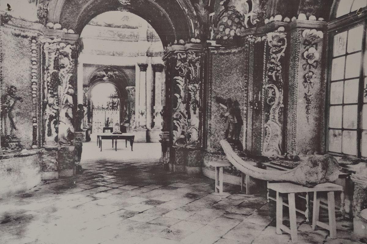 Приведенное старинное изображение, демонстрирующее Грот в Кусково изнутри, не отличается высокой четкостью, видна огромная окаменевшая кость.
