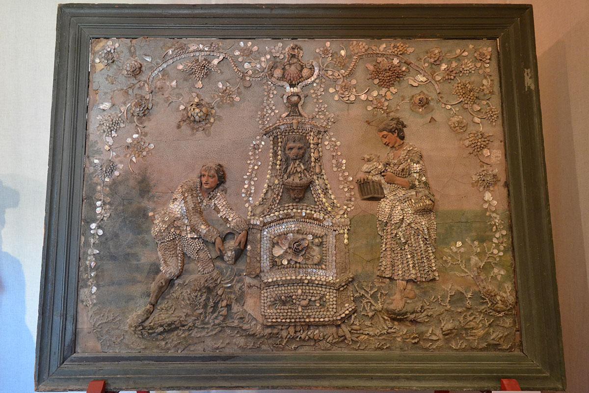 Грот в Кусково был хранилищем необычных произведений живописи, для примера приводится жанровая сцена у фонтана, выполненная с применением ракушек и перламутра.