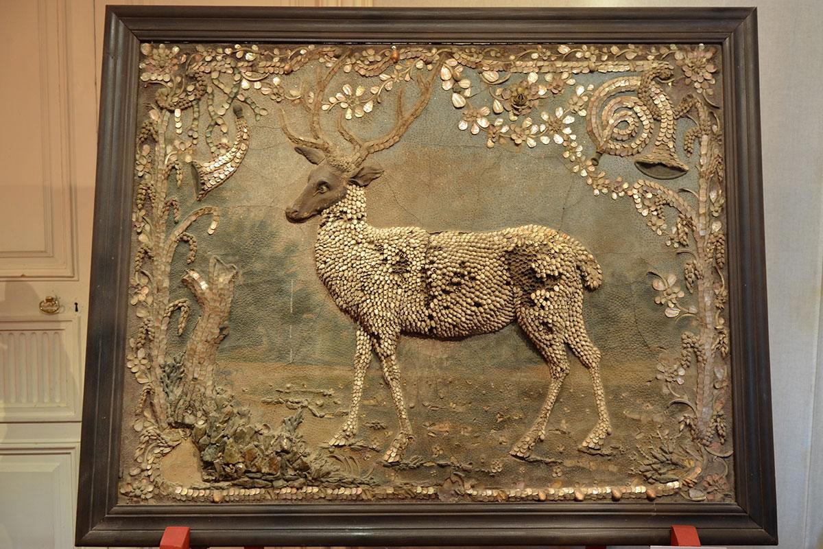 Выложенный раковинами моллюсков олень на картине Грота в Кусково имеет повреждения, куплено в 1755 году вместе с подобными произведениями.