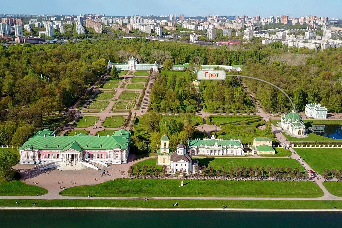 Традиционный для дворянских усадеб парковый павильон Грот в Кусково расположен не на берегу крупнейшего водоема, а у малого пруда.