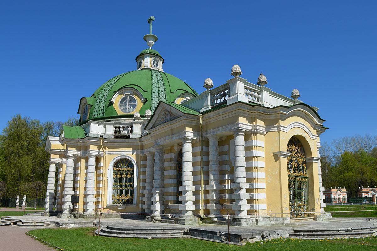 Увенчав павильон Грот в Кусково бутафорским фонтаном, крепостной архитектор Федор Аргунов и другие элементы здания подчинил созданию иллюзии.