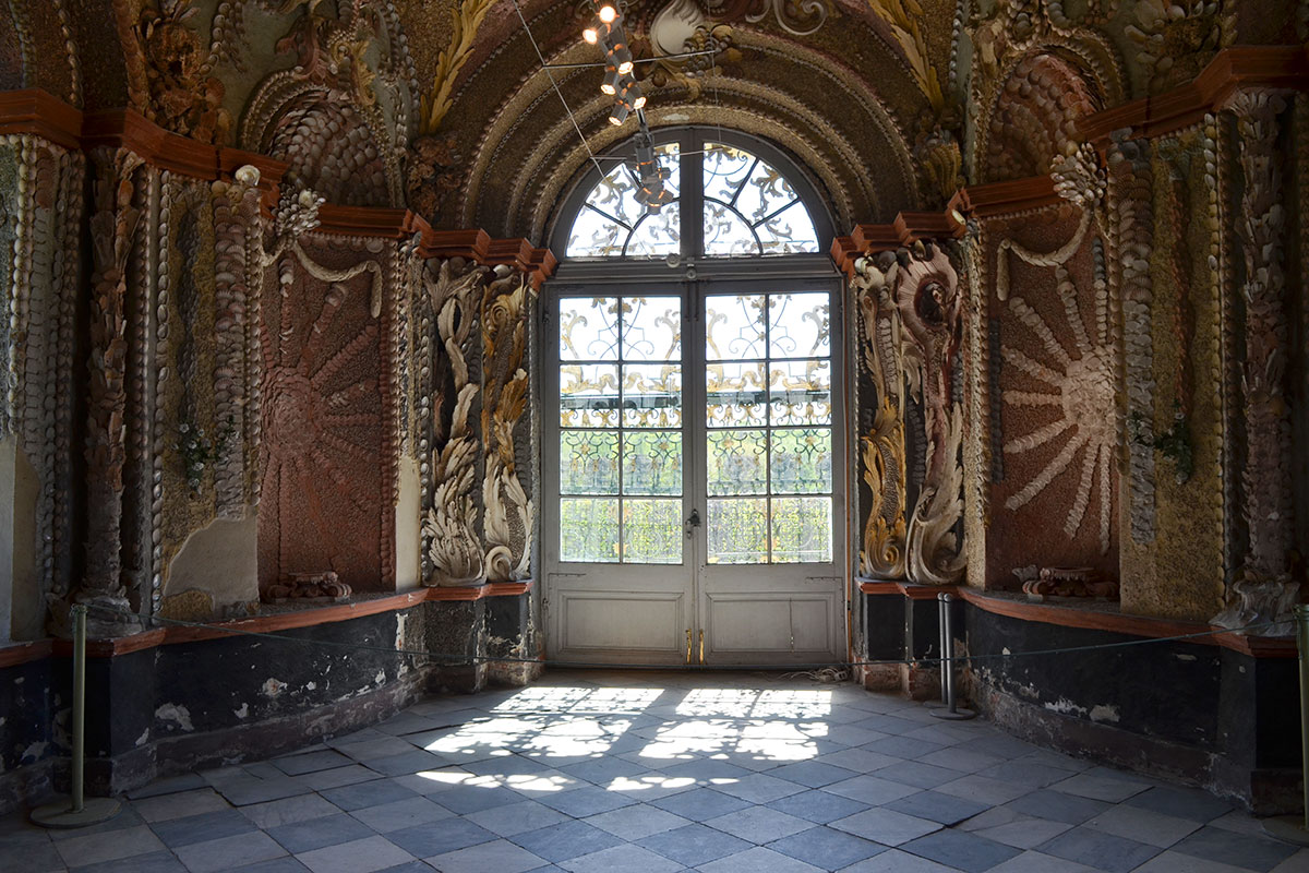 Северный и южный кабинеты, отходящие от центрального зала Грот в Кусково, приготовлены к реставрации своеобразного покрытия из раковин, камней и перламутра.