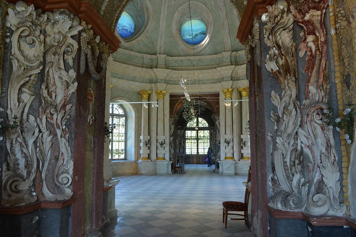 Отделка центрального зала Грота в Кусково выполнена из мрамора двух цветов либо имитации, привлекает внимание позолота оснований и капителей колонн.