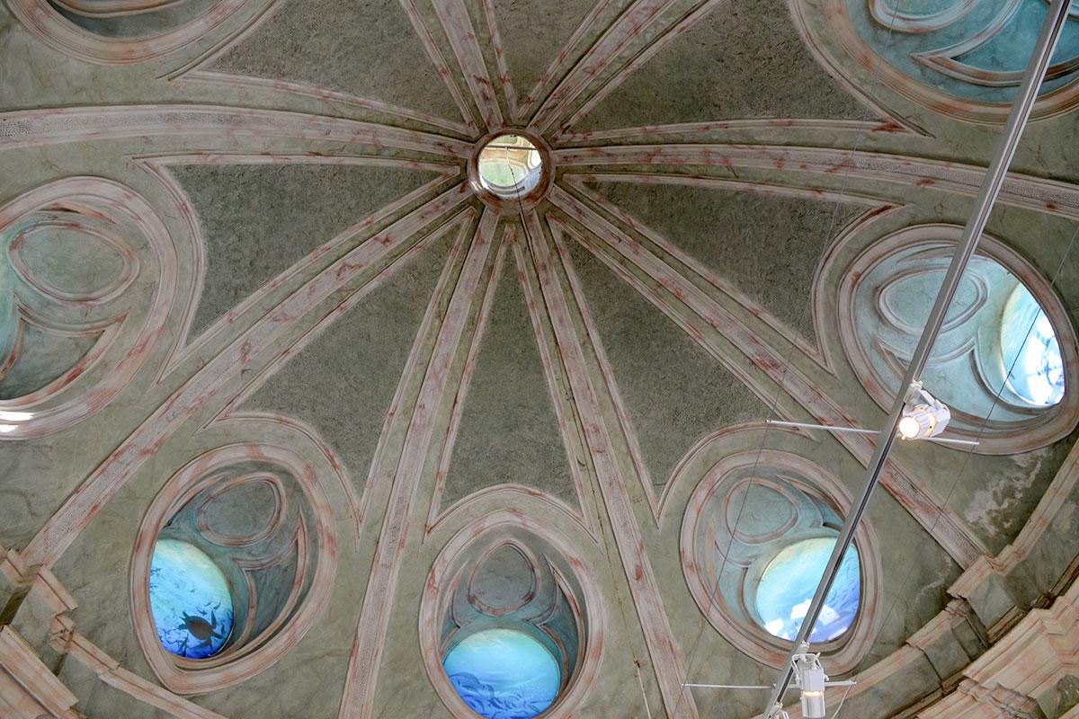 Пространство под куполом центрального зала Грота в Кусково освещается через окна в форме иллюминаторов, украшенные изображениями морских обитателей.