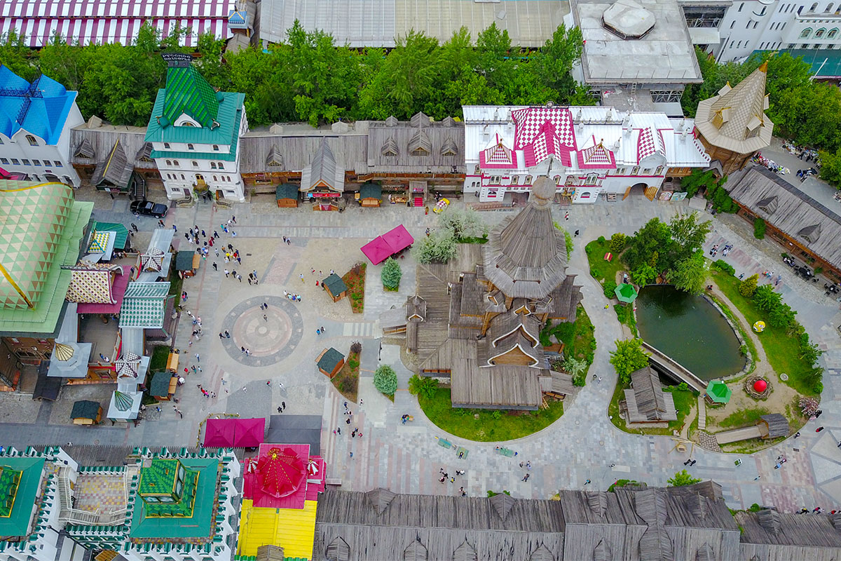 Выполненная летающим помощником высотная фотография территории Измайловского Кремля охватывает подворье храма, площадь и Дворец русской трапезы.