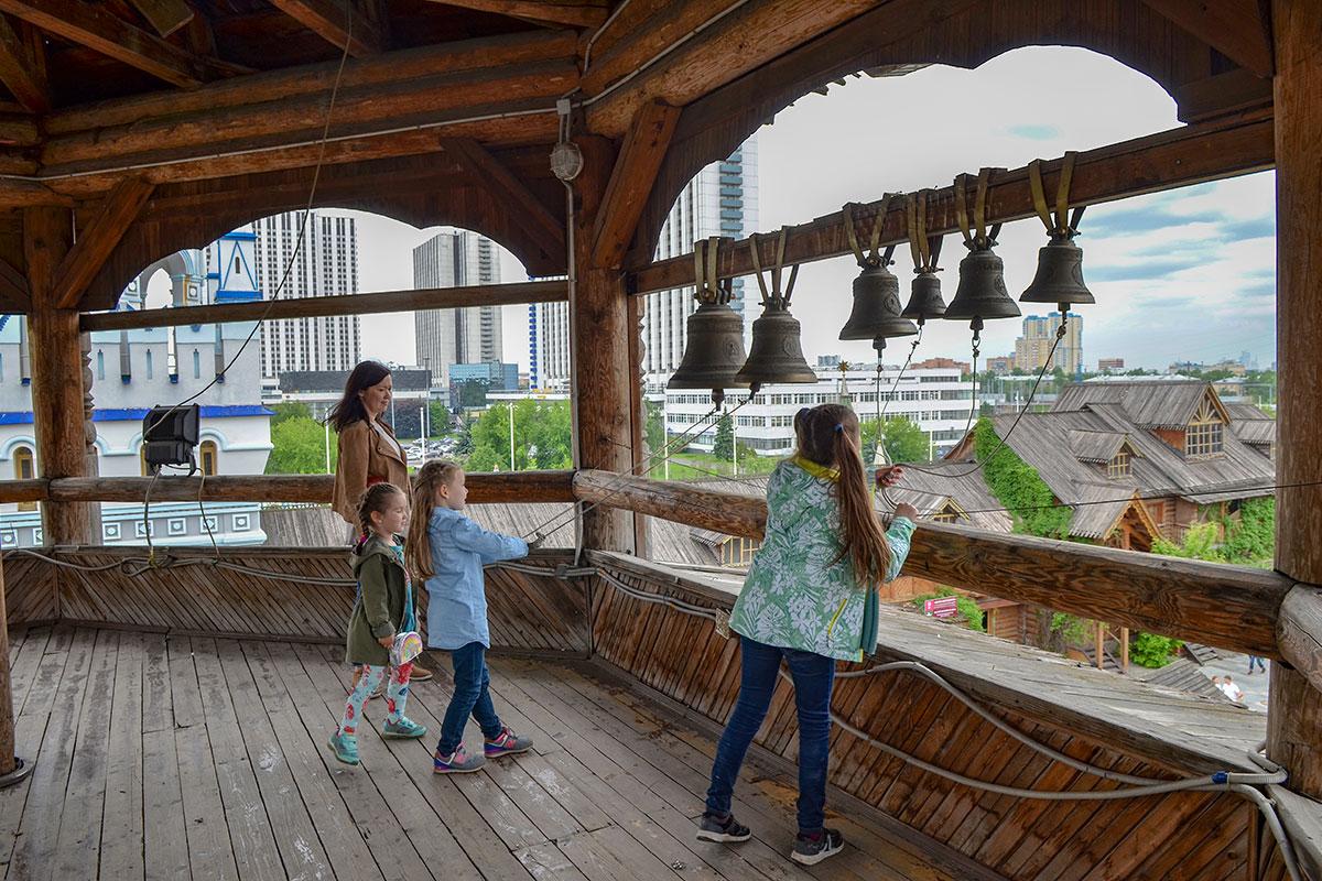 Колокольня храма Святителя Николая в Измайловском Кремле открывает обзор всей его территории и окружающей местности.