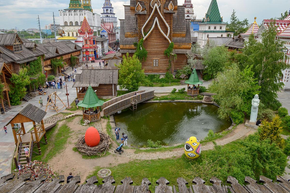 Украшением территории Измайловского Кремля стал живописный пруд, расположенный между храмом Святителя Николая и главной площадью.