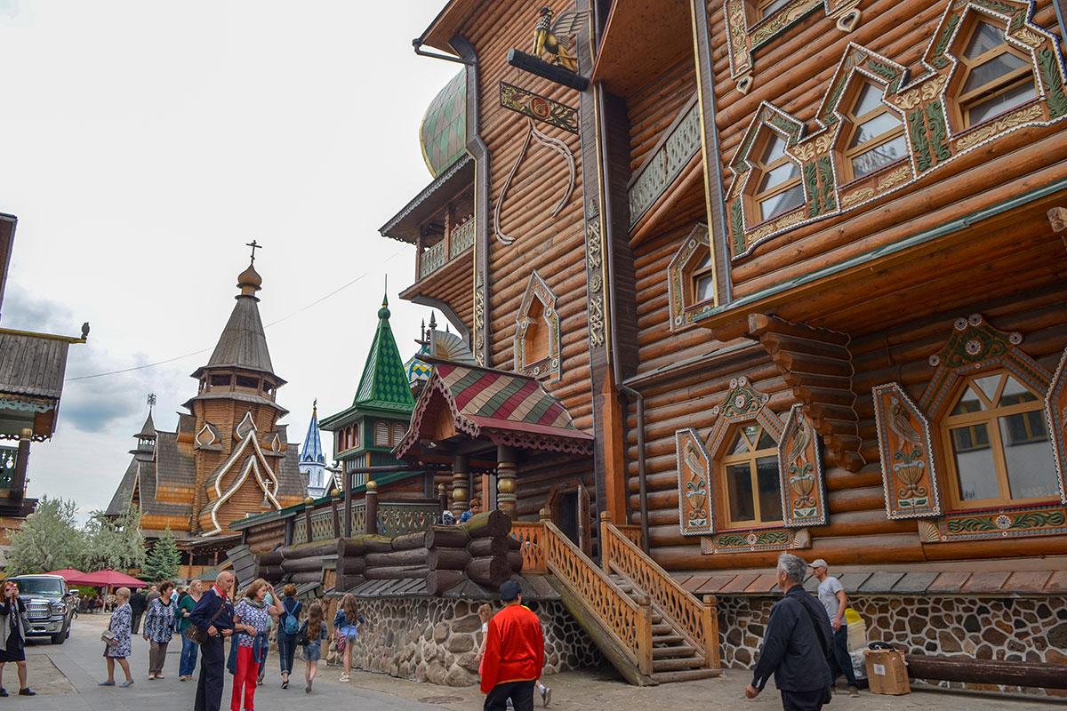 Вид сбоку на Дворец русской трапезы выявляет некоторые дефекты одного из центральных зданий Измайловского Кремля.