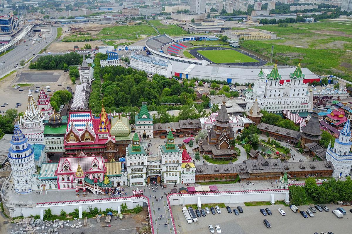 Вымышленный и выполненный из различных материалов в натуре Измайловский Кремль расположен между гостиничным кварталом и бутафорским стадионом.