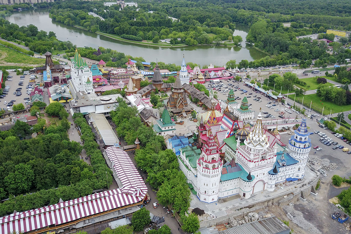 На высотной фотографии одновременно присутствуют и Измайловский Кремль, и старинный Покровский собор с богадельней на Серебряном острове.