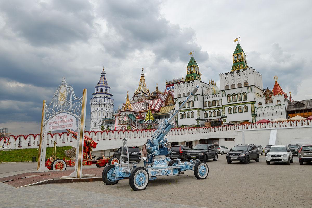 Имея в составе учреждений бюро ЗАГС, Измайловский Кремль стал одним из популярных мест проведения свадебных церемоний.