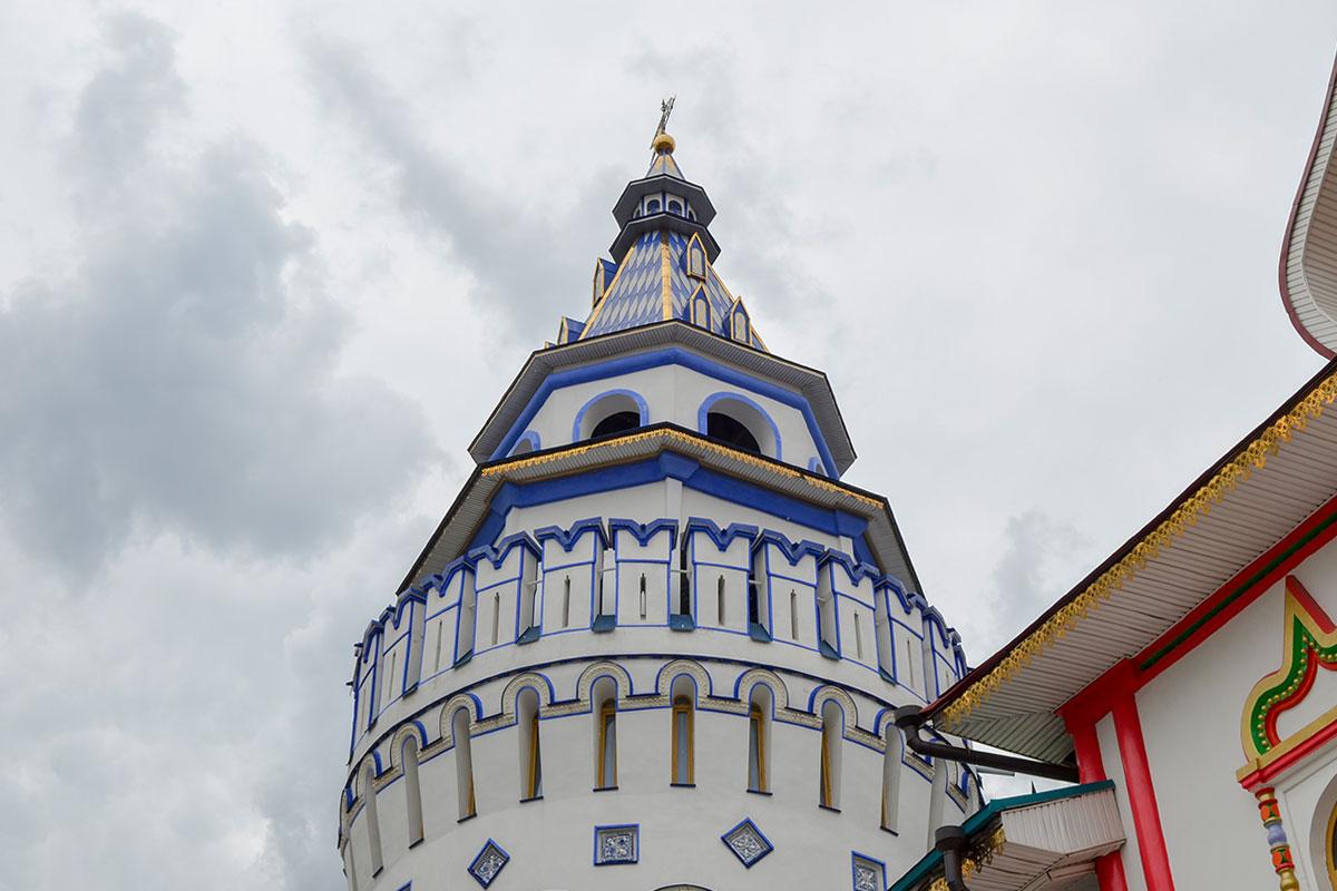 Воспроизведенные в Измайловском Кремле архитектурные сооружения не имеют реальных прототипов, все они вымышлены либо даже приснились.